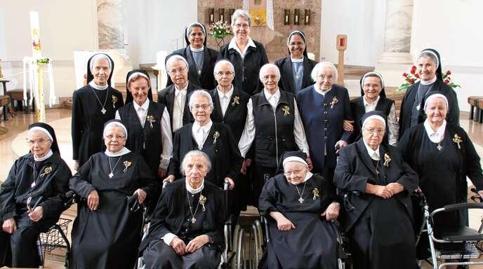 Ein Leben für Gott und die Mitmenschen: Insgesamt 13 Erlenbader Schwestern ehrte Generaloberin Sister Mary Diez (hinten) für 60, 65 beziehungsweise 70 Professjahre.