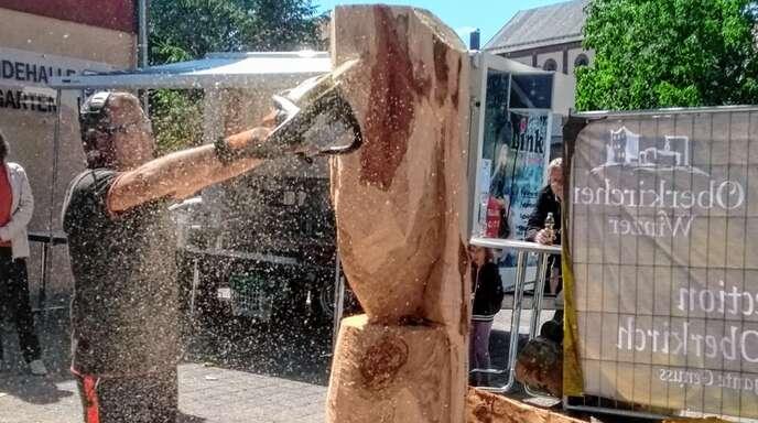 Vier Künstler schufen in Tiergarten Holzskulpturen fürs Ortsjubiläum.