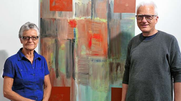 Der Fotograf und Grafiker Manfred Grommelt (rechts) hat die Rothmund-Retrospektive kuratiert. Links Ulla Rothmund, die Ehefrau des 2017 verstorbenen Malers.