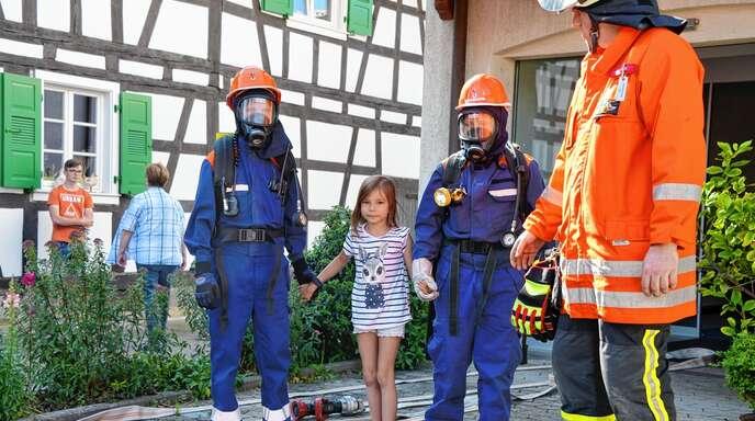 Mila Schubert (7) wurde von Jannis Habich und Lukas Grab beim Jugendfeuerwehrwochenende »gerettet«.