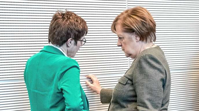 Die CDU-Parteivorsitzende Annegret Kramp-Karrenbauer (links) wird als Nachfolgerin im Kanzleramt von Angela Merkel gehandelt. Viele Beobachter sprechen ihr jedoch die Eignung für das Amt ab.