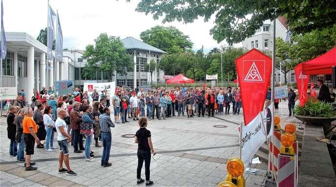 Beschäftigte von Schaeffler und Bosch demonstrieren auf dem Europaplatz. Die Gewerkschaft spricht von 160 Teilnehmern.