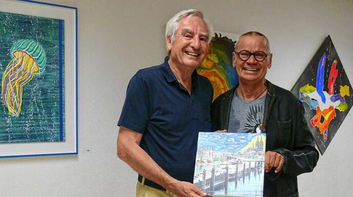 Uwe Zeibig (rechts) stellt derzeit in Sasbachwalden aus und begeistert mit seinen Werken auch seinen Studienkollegen Willy Bergfeldt.