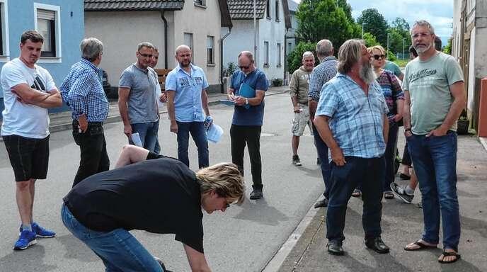 In der Helmlinger Dorfstraße und Reinhardstraße trafen sich der Ortschaftsrat und Anwohner, um Parkverbotsflächen zu bestimmen.