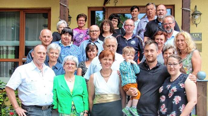 Auf Initiative von Karl-Heinz R. Müller (links) trafen sich rund 30 Mitglieder der weitverzweigten Familie Müller im Landhotel »Salmen« in Ringelbach.