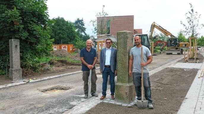 Georg Straub (links) und OB Klaus Muttach freuen sich über den Abschluss der Arbeiten an der Karl-Hergt-Straße.
