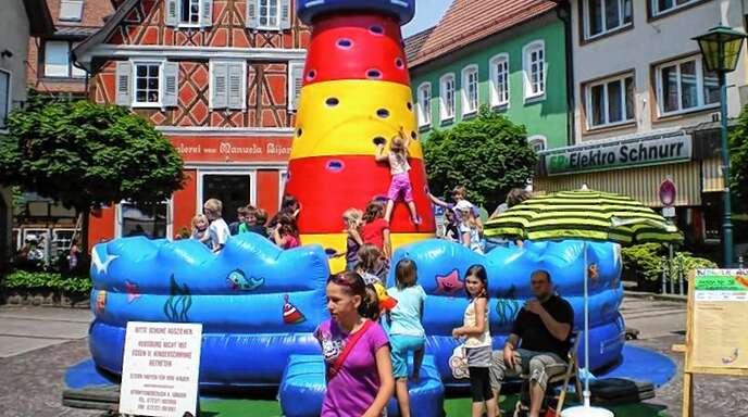Hüpfburgen wie dieser Leuchtturm sind eine von vielen Attraktionen beim Oberkircher Kindertag.