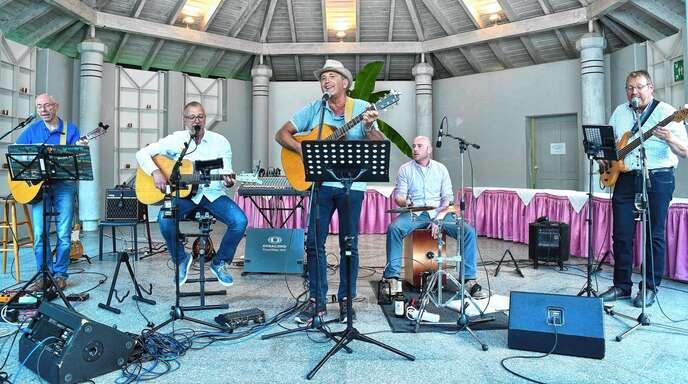 Die Dinkel Brothers (von links) Martin Nock, Joachim Köninger und Rupert Bäuerle begeisterten mit ihrem Konzert beim Zuckerbergschloss. Als Überraschung spielte und sang bei ein paar Stücken der ehemalige Dinkel Brother Christian Huber (vorne, Mitte) mit.