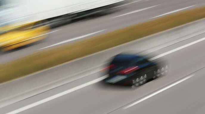 Symbolbild: Mit zirka 200 Stundenkilometern und ohne Licht wollte ein 18-Jähriger am frühen Pfingstsonntag auf der A5 in Richtung Offenburg vor der Polizei flüchten.