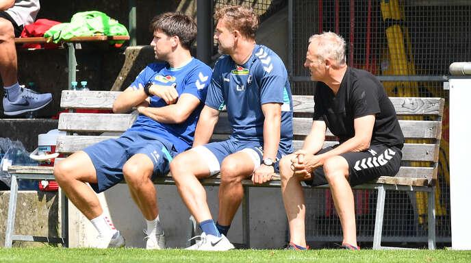 Stellen sich mit dem SC Freiburg auf heiße Tage im Montafon ein (v. l.): die Co-Trainer Florian Bruns und Lars Voßler sowie Chefcoach Christian Streich, hier beim Testspiel am Freitag gegen den VfB Stuttgart.