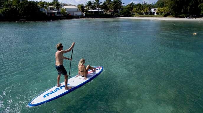 Die »Stand-up-Paddle-Boards« sind der Renner des Sommers.