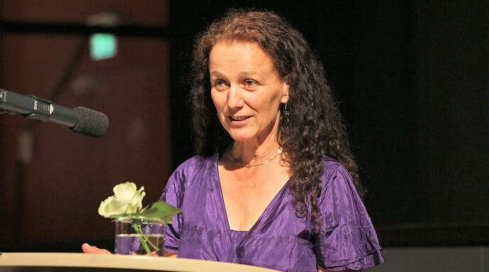 Autorin Anja Tuckermann nahm am Freitagabend in Hausach den Leselenz-Preis für junge Literatur entgegen und bedankte sich mit launigen Versen.