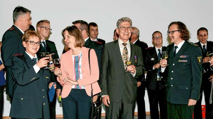 OB Müller erhielt am Dienstagabend die Ehrenmedaille der Feuerwehr Lahr.