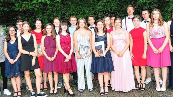 17 Absolventen der Realschule Oberkirch erhielten Preise für einen Notenschnitt von besser als 1,9 im Abschlusszeugnis, zudem gab es Preise für herausragende Leistungen in einzelnen Fächern. Schulbeste ist Stefanie Panter (2. von links).
