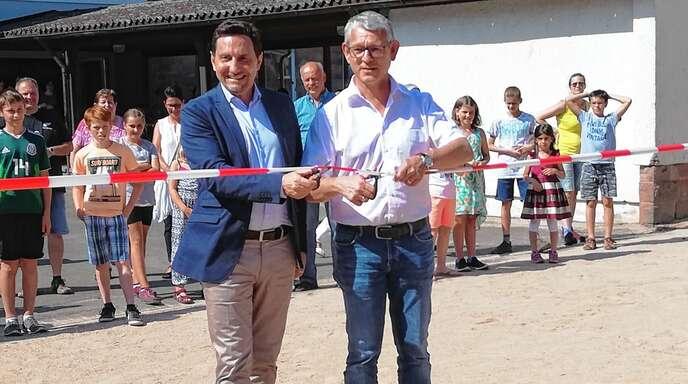 Renato Ramella, Geschäftsführer von Doll Fahrzeugbau und Bürgermeister Uwe Gaiser gaben den neuen Bolzplatz offiziell frei.