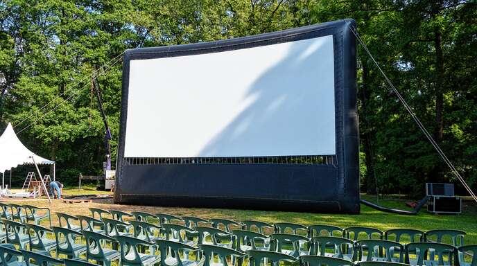Das Open-Air-Kino im Erlenpark von Weber-Haus in Linx ist aufgebaut. Auf der 10 mal 5,5 Meter großen aufblasbaren Leinwand flimmern ab heute, Mittwoch, bis einschließlich Sonntag, 21. Juli, fünf abwechslungsreiche Streifen.