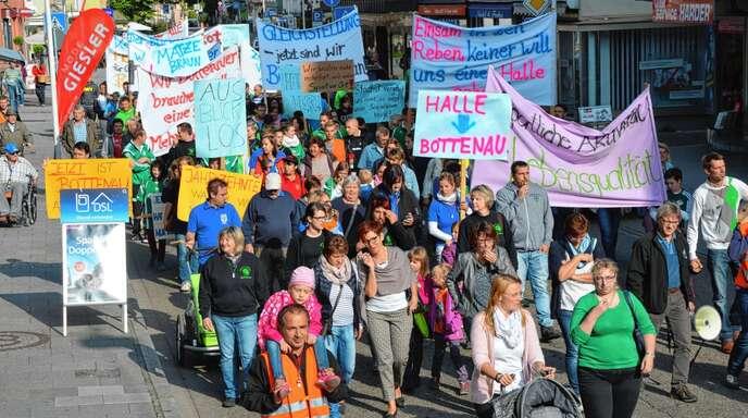 Im Herbst 2015 hatten rund 250 Bottenauer in Oberkirch für den Bau ihrer Halle demonstriert. Jetzt ist der Unmut im Ort erneut groß.