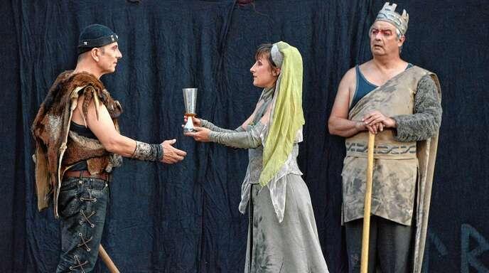 Siegfried von Xanten (Ozan Akhan, links) wird von Kriemhild (Aisha-Lina Löbbert) freundlich begrüßt. Rechts König Gunter von Burgund (Tom Simon).