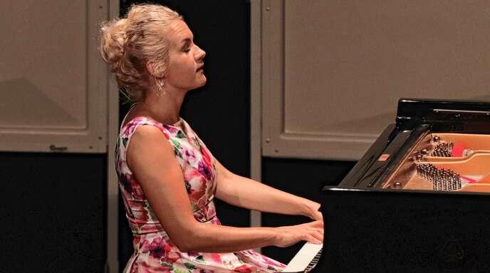 Ihr Spiel besticht durch Präzision und Ausdruckskraft: Aleksandra Mikulska beim Konzert im Offenburger Salmen.