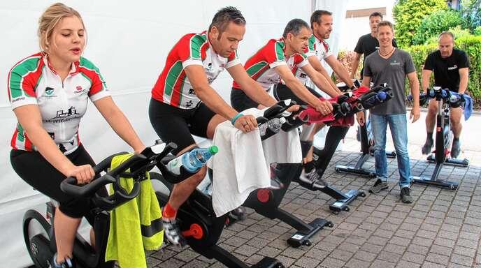 Das Team des Fördervereins für krebskranke Kinder: auf den Bikes von rechts Klaus Müller, Christoph Lipps, Markus Ell und Weinprinzessin Melina Sauer.