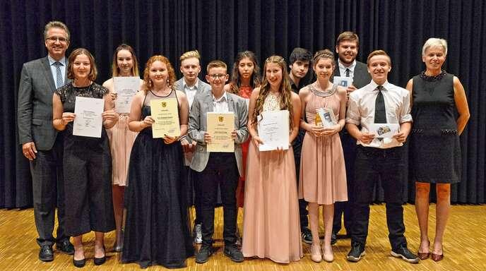 Bürgermeister Michael Welsche und Rektorin Brigitte Brodbeck gratulierten den Rheinauer Haupt- und Werkrealschülern zu ihrem erfolgreichen Abschluss.