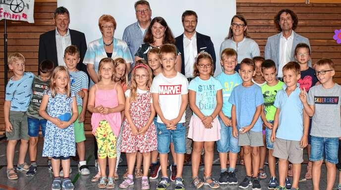 Umrahmt von erwartungsvollen Kindern, mit vielen Reden und Blumengrüßen wurde die neue Schulleiterin Viktoria Weber (Vierte von links) in Fautenbach begrüßt.