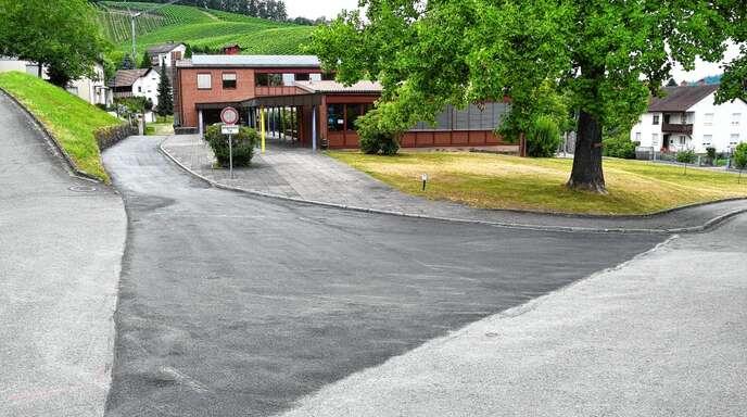 Zufahrt und Parkplatz bei der Grundschule Waldulm haben eine neue Asphaltdecke erhalten.