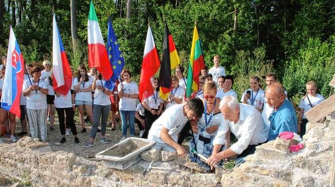 Die letzte »Flaschenpost« mit Wünschen für Europa mauerte beim internationalen Jugendtreffen in Marmoutier Francesco Paggi aus Mapello mit Bürgermeister Jean-Claude Weil und der Vorsitzenden des Freundeskreises, Angèle Italiano-Kalck, ein.