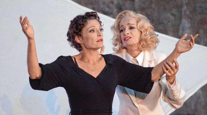 Das Leben zweier Diven wurde in dem Stück »Marlene Piaf« auf der Burg Neuwindeck unter die Lupe genommen.
