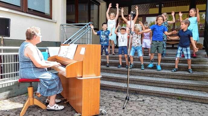 Gesungen und getanzt haben die Erstklässler der Grundschule Diersheim beim Familienfest des MGV Honau mit Chorleiterin Ulrike Glotz (links).