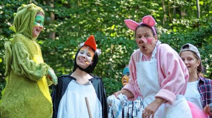 Das Urmel aus dem Ei (links) sorgt für märchenhafte Augenblicke bei der Aufführung des Ilelnau-Theaters im Eiskellerwald.