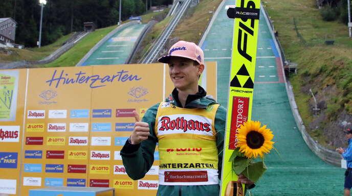Karl Geiger strahlte nach seinem Doppelsieg in Hinterzarten mit der Sonnenblume in der Hand mit der Sonne um die Wette.
