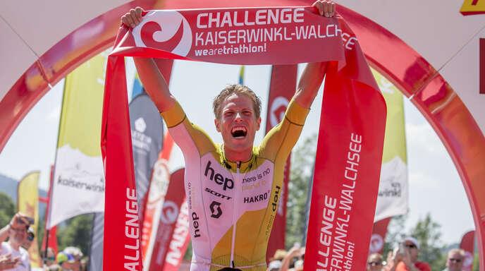 Von den Strapazen gezeichnet, aber überglücklich: Maurice Clavel im Ziel bei der Challenge Walchsee.