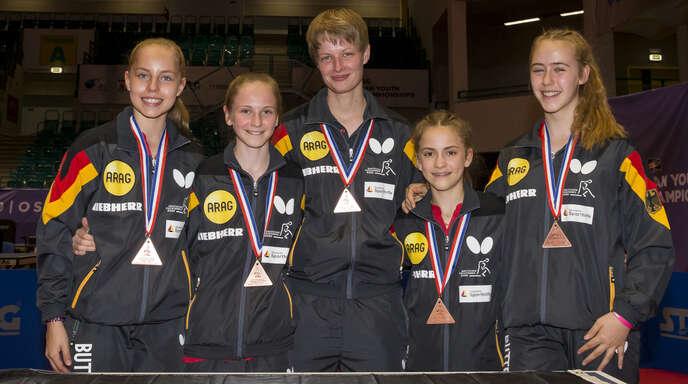 Annett Kaufmann, Jele Stortz, Bundestrainerin Lara Broich, Mia Griesel und Naomi Pranjkovic freuen sich über ihre Bronzemedaille.