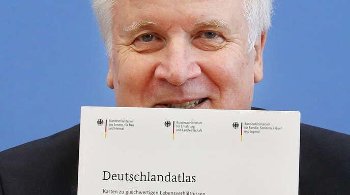 """: Horst Seehofer (CSU), Bundesminister des Innern, für Bau und Heimat, präsentiert die Ergebnisse der Kommission """"Gleichwertige Lebensverhältnisse"""" vor der Bundespressekonferenz."""