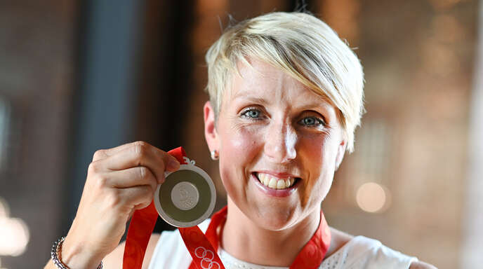 Christina Obergföll mit ihrer Silbermedaille von Peking 2008.