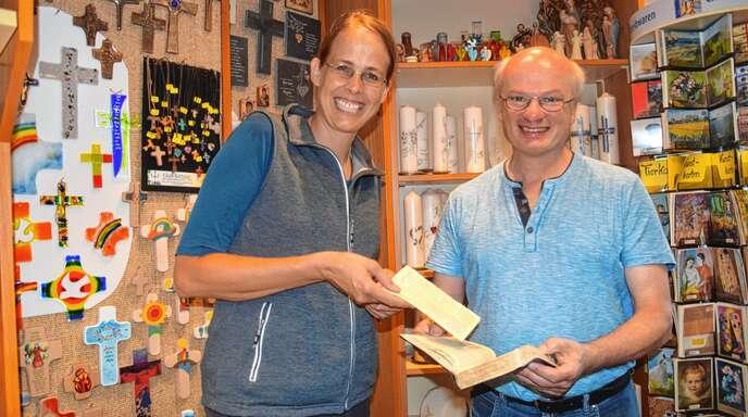 Von Israel nach Oberkirch: Tina Ondricek brachte beim Heimaturlaub ihre Bibel aus Israel mit, um sie Josef Wunsch zur Reparatur anzuvertrauen.
