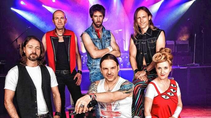 »Queen Kings« Drazen Zalac (Gitarre), Christof Wetter (Keyboard), Oliver Kerstan (Drums), Leadsänger Sascha Krebs, Rolf Sander (Bass), Susann de Bollier (Gesang) spielen bei der »Nacht der Legenden« die größten Hits von Queen.