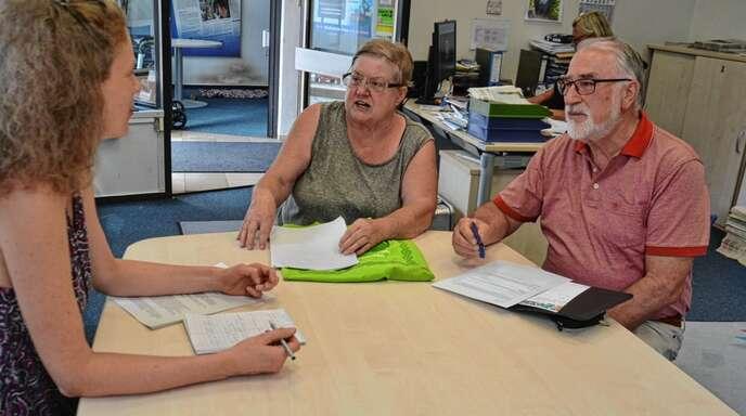 Lokalchefin Anja Rolfes (von links) im Gespräch mit den Vereinsvertretern Regina Ducksch (Sport) und Hans-Jürgen Jäckle (Musik und Gesang).