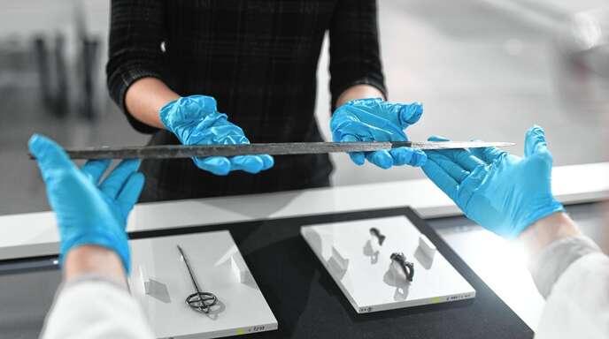 Wenn sich die Besucher Handschuhe anziehen, dürfen sie auch archäologische Kostbarkeiten wie dieses Schwert in den Händen halten.