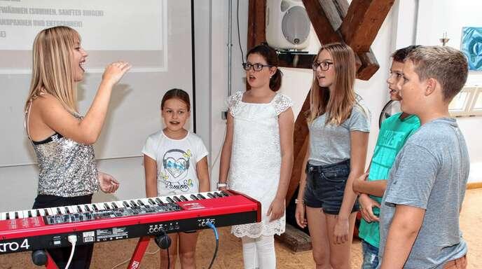 Singen wie ein Popstar stand auf dem Programm des Acherner Ferienprogramms. Sängerin und Komponistin Michele Mahn weihte die jungen Talente in die Geheimnisse einer Pop-Karriere ein.