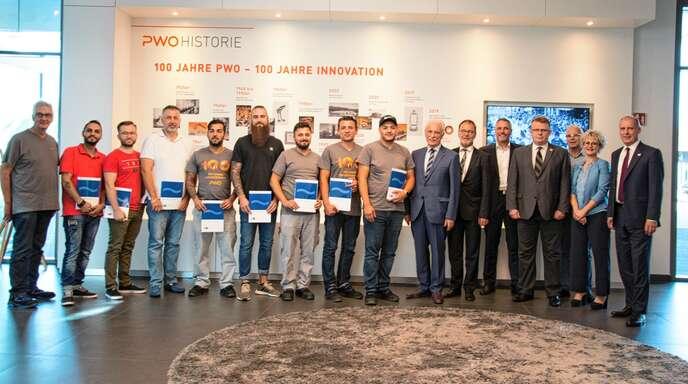Im Rahmen eines Pilotprojekts absolvierten 13 Mitarbeiter der Progress-Werk Oberkirch AG eine Ausbildung zum Stanz- und Umformmechaniker.