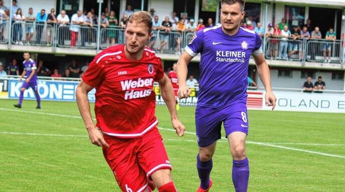Der Linxer Stürmer Dennis Kopf hat sich gegen einen Abwehrspieler des FC Nöttingen durchgesetzt.