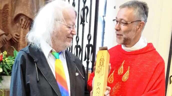 Pfarrer Lukas Wehrle (rechts) verabschiedete Gunter Thiel nach 40 Jahren als Kirchenmusiker.