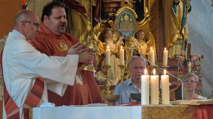 Diakon Thomas Schneeberger (links) und Pfarrer Steffen Jelic bei der Eucharistiefeier.