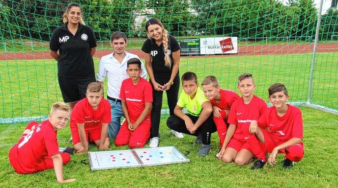 Mit Begeisterung geht Manuela Petersen (hinten rechts) das Traineramt bei den E-Junioren nach, hier mit Maria Perta und Eric Patrick Oser (Trainer und Betreuer).