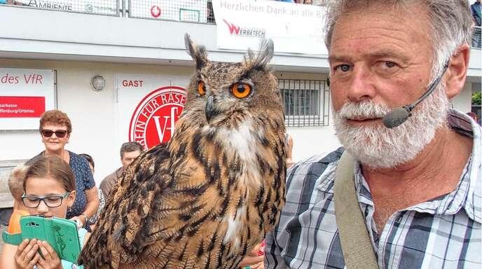 Falkner Frank Ruchlak sorgte im Hornisgrindestadion mit seinen Tieren für Aufmerksamkeit, darunter auch ein Uhu.