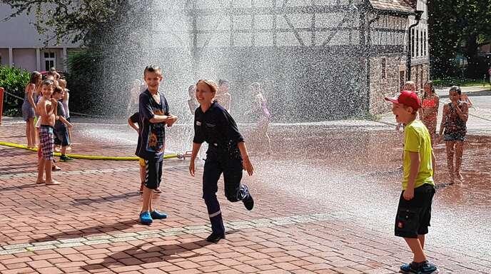 Nass im Sommer – beim Ferienangebot der Jugendfeuerwehr geht es gerne feucht zu.