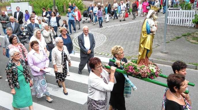 Bei der Prozession trugen Schutterns Frauen die Gottesmutter durch die Straßen.