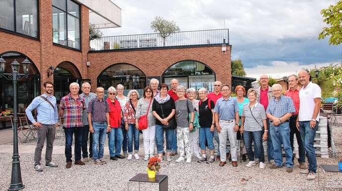 Einblicke: Der geschäftsführende Gesellschafter Frank Stetter (rechts) erläuterte 20 OT-Lesern die Bierherstellung im Brauwerk Baden. Neben der Produktion sind dort auch eine Brauereigaststätte und ein Biergarten angesiedelt, in dem auch das Foto aufgenommen worden ist. Links im Bild: OT-Lokalredakteur Florian Pflüger.